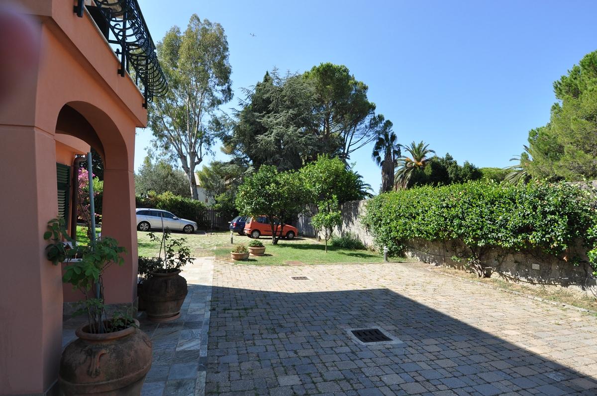 Immobiliare zb nervi unica villa con giardino villa for Piscina quinto genova